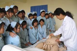 重庆卫生学校男生当护士怎样?